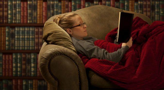 leggere-libro-inverno-divano-casa-lettrice-lettore-letto-coperta-natale-982x540