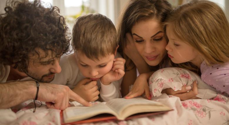 famiglia-lettori-lettore-lettrice-libro-letto-leggere-bambino-bambina-bambini